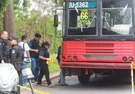Los ataques contra el transporte ocurren en determinadas líneas o rutas y en parte se debe a que no se ha regularizado el modelo de negocio de ese servicio. (Foto Prensa Libre: Hemeroteca PL)