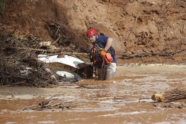 Un rescatista busca a un desaparecido.(Foto Prensa Libre:AP)