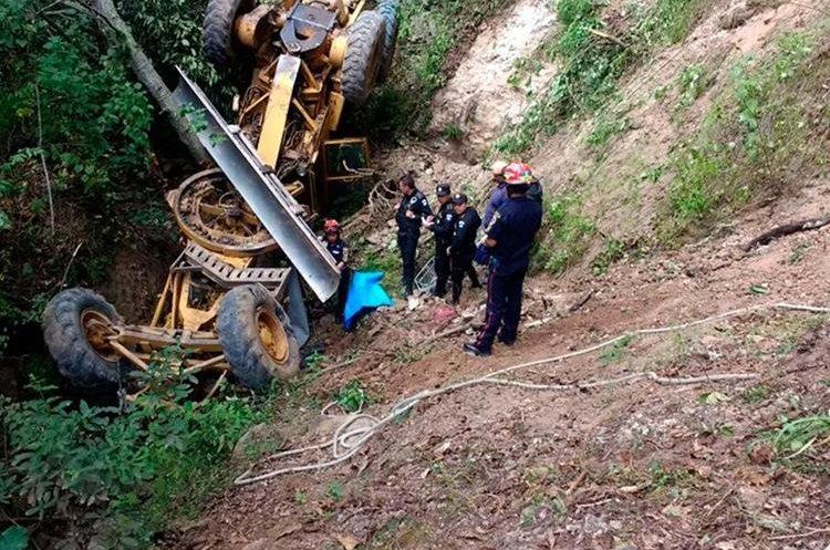 Socorristas resguardan el lugar donde se registró el percance. (Foto Prensa Libre: Whitmer Barrera)