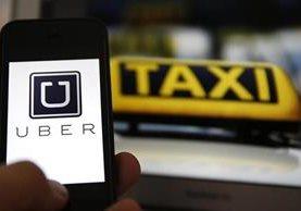 Decenas de taxistas exigieron a la municipalidad dialogar por multas emitidas. (Foto Prensa Libre: Estuardo Paredes)