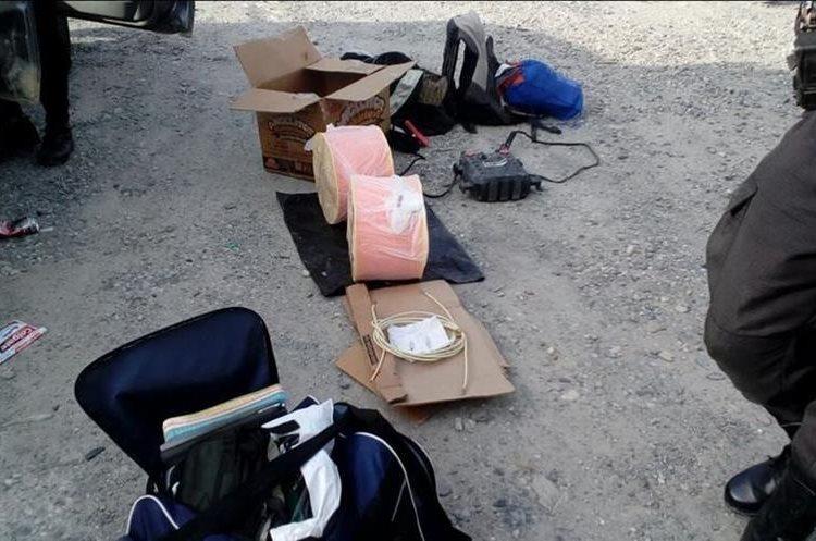 Parte del cargamento de explosivos incautados en El Progreso. (Foto Prensa Libre: Hugo Oliva)