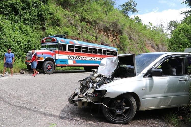 Bus y automóvil involucrados en el accidente en la ruta hacia Jalapa. (Foto Prensa Libre: Hugo Oliva).