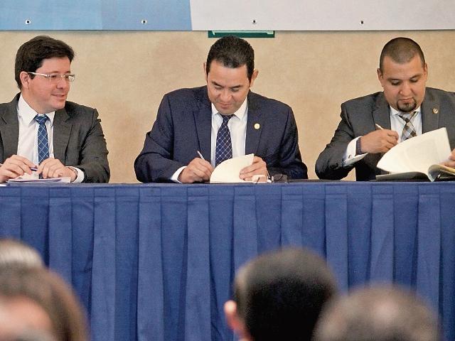 El presidente Jimmy Morales (al centro) firmó ayer las metas tributarias 2017, con Julio Héctor Estrada, ministro de Finanzas, y Francisco Solórzano, de la SAT.