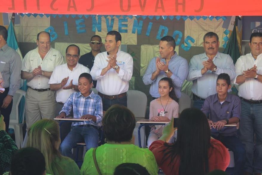 Durante una visita a una escuela en Jutiapa, el presidente Jimmy Morales ofreció donar 20 computadoras. (Foto Prensa Libre: Óscar González)