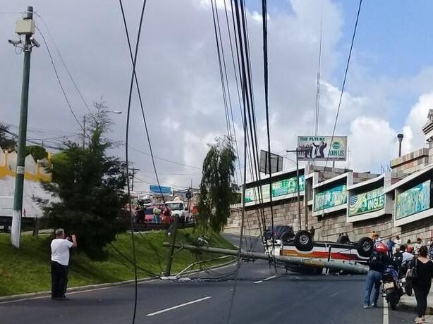 En el bulevar San Cristóbal volcó un picop y derrumbo un poste del alumbrado público. (Foto Prensa Libre: PMT)