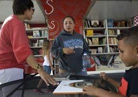 Cientos de personas usan el Book Truck para encontrar sus títulos favoritos. (Foto Prensa Libre: EFE)