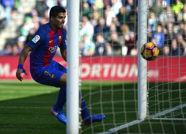 El uruguayo Luis Suárez consiguió el tanto del empate contra el Betis después del polémico gol fantasma. (Getty Images)