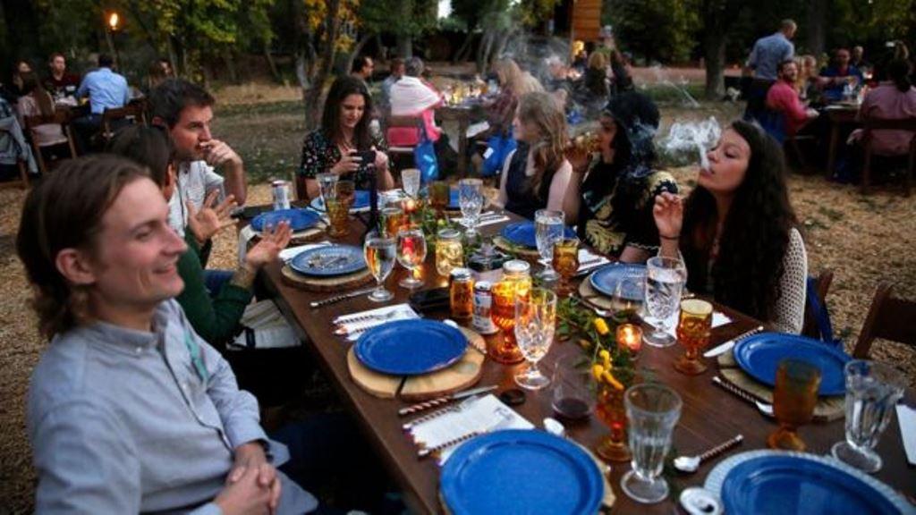 Muchos prefieren su bebida con las comidas. (AP)