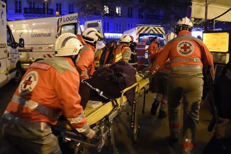 Servicios de emergencia trasladan al hospital a un herido. (Foto Prensa Libre: AFP)