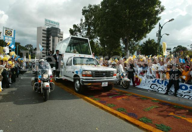 Miles de católicos se volcaron a las calles a recibir al Papa Juan Pablo II en 2002. (Foto Prensa Libre: Hemeroteca)