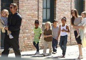 Angelina Jolie y Brad Pitt, con sus seis hijos, tres de los cuales son adoptados.