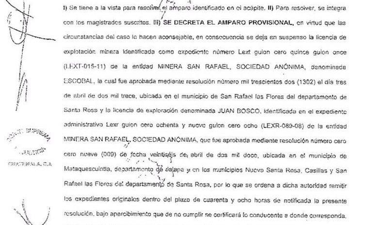 Extracto de la resolución de la CSJ que suspende las licencias de operaciones de la minera San Rafael. (Foto Prensa Libre: Calas).
