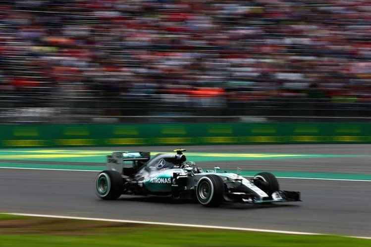 Nico Rosberg de la escuderia Mercedes, tuvo el mejor tiempo en las practicas de este viernes. (Foto Prensa Libre: AP)