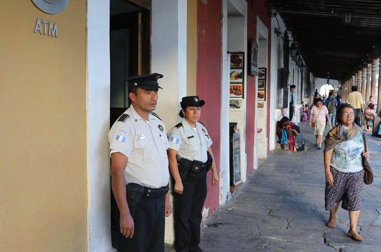 Autoridades hacen un llamado a las personas para que eviten portar mucho dinero en efectivo. (Foto Prensa Libre: Renato Melgar)