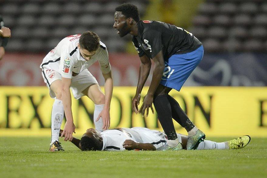 Momento en el que Patrick Ekeng  sufre el problema cardíaco. (Foto Prensa Libre: AP)