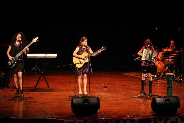 <p>El grupo Na'ik Madera deleitó con su música durante la inauguración  de  la sexta edición del Festival Ixchel. (Foto Prensa Libre: Keneth  Cruz)</p>