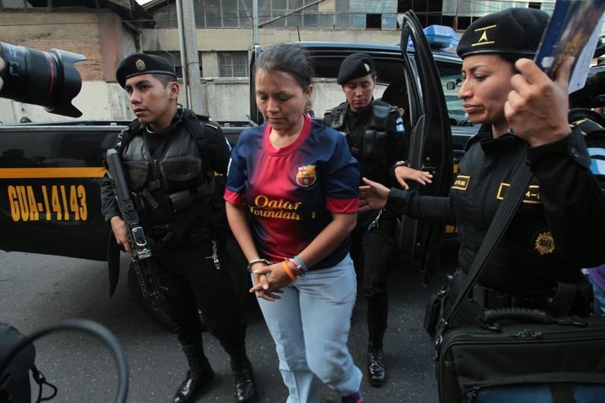 Odilia González llega a la Torre de Tribunales. (Foto Prensa Libre: Estuardo Paredes)
