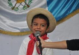 Sergio André Pérez Falic, demostró sus habilidades para declamar en un concurso de poesía. (Foto Prensa Libre: Jonatan Pérez)