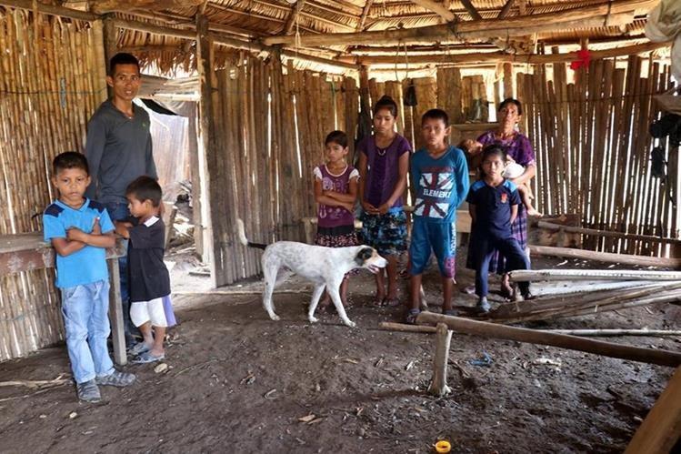 Rigoberto Ical Xol, hijo mayor de Amalia Xol, acompaña a sus hermanos menores y a su madre en la vivienda que quedó dañada por la inundación. (Foto Prensa Libre: Mike Castillo)