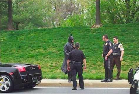 Hombre vestido de Batman entrega a delincuente. (INTERNET).