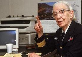 Esta imagen de 1984 muestra a Grace Hopper con una computadora de la época. CYNTHIA JOHNSON/GETTY IMAGES