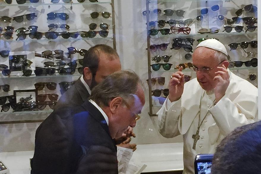 El papa Francisco compra nuevos lentes. (Foto Prensa Libre: AP)