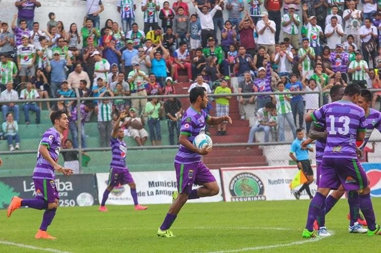 Los antigüeños festejaron el triunfo en el estadio Pensativo. (Foto Prensa Libre: Cortesía Antigua GFC)