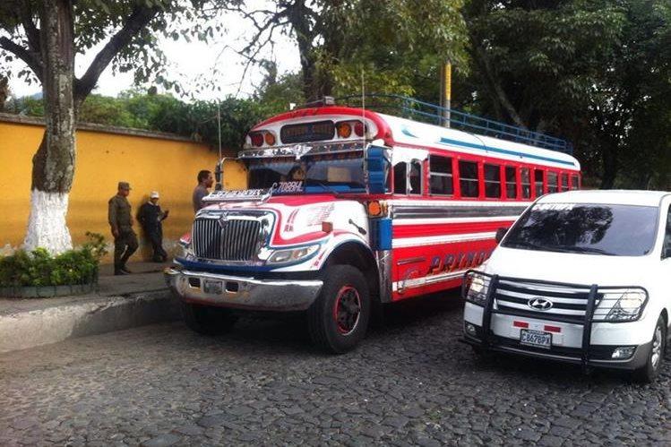 Efectivos del Ejército brindan seguridad en uno de los autobuses en Antigua Guatemala. (Foto Prensa Libre: Miguel López)