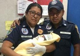 Bomberos trasladaron a la bebé a la maternidad del Hospital Nacional La Montañita de Malacatàn, San Marcos. (Prensa Libre: Whitmer Barrera)