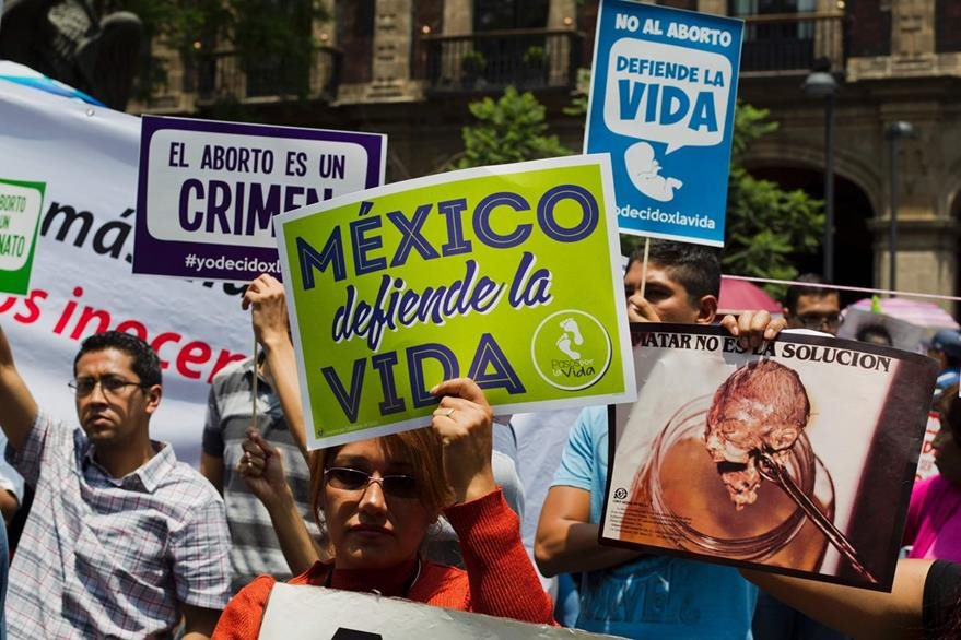 Católicos anti-aborto protestan frente a la Suprema Corte de México. (Foto Prensa Libre: AFP).