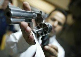 Técnico del Digecam revisa arma que está en proceso de registro. (Foto Prensa Libre: Hemeroteca PL)