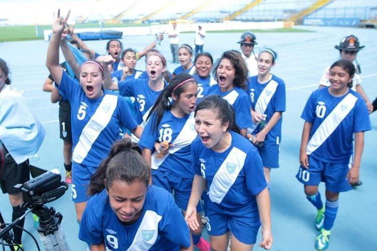 Las jugadoras nacionales celebraron el pase al premundial. (Foto Prensa Libre: Norvin Mendoza)