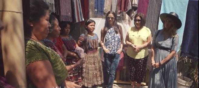 La estrella de Hollywood se reunión con mujeres tejedoras para conocer su trabajo.(Foto Prensa Libre: Tomada de video)