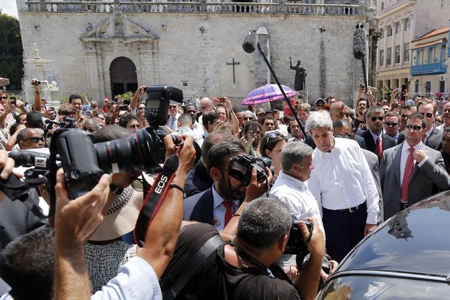 Kerry es perseguido por la prensa cubana e internacional que cubrió el evento. (Foto Prensa Libre: AP).