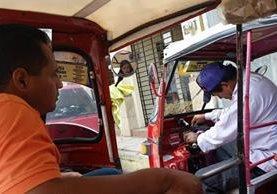 Los turistas tomaron fotos de los pilotos implicados. (Foto Prensa Libre: Mario Morales)