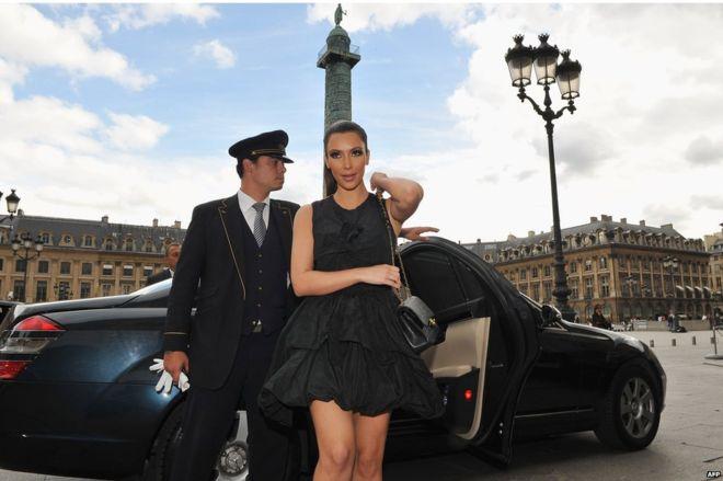 Figuras del entretenimiento como Kim Kardashian han ayudado a que aumenten el valor de las carteras de diseñadores. AFP