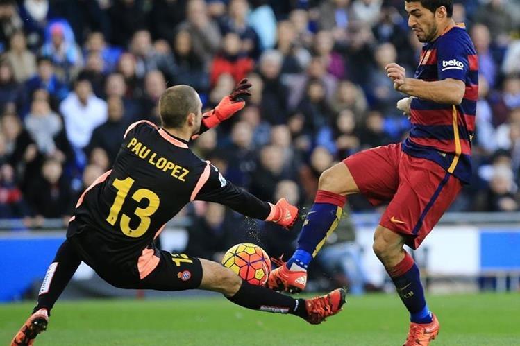 El uruguayo Luis Suarez no logra superar al portero Pau López del Espanyol en una acción de juego. (Foto Prensa Libre: AFP)