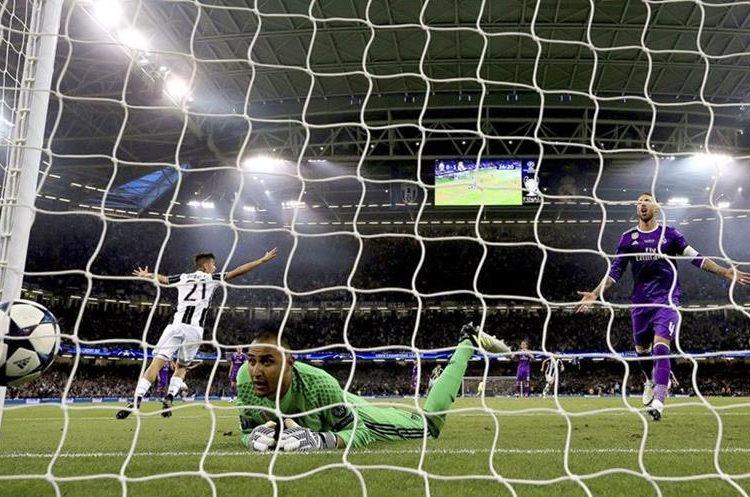 El portero Keylor Navas, encaja el gol que le anotó Mario Mandzukic, de la Juventus.