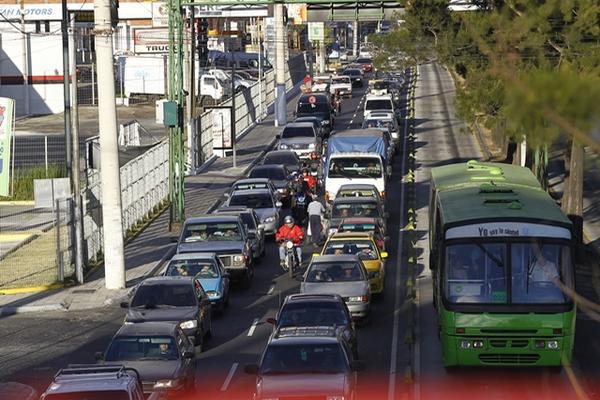 <p>En los días previos a la Navidad, se observan filas de vehículos en las principales arterias de la ciudad de Guatemala. (Foto Prensa Libre: Álvaro Interiano)<br></p>