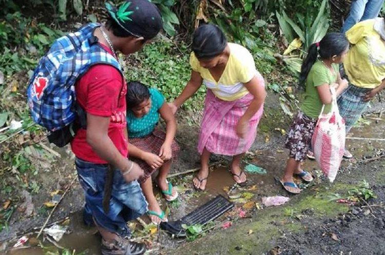 Mujeres heridas, esperan ser atendidas por cuerpos de socorro. (Foto Prensa Libre: Cristian I. Soto)