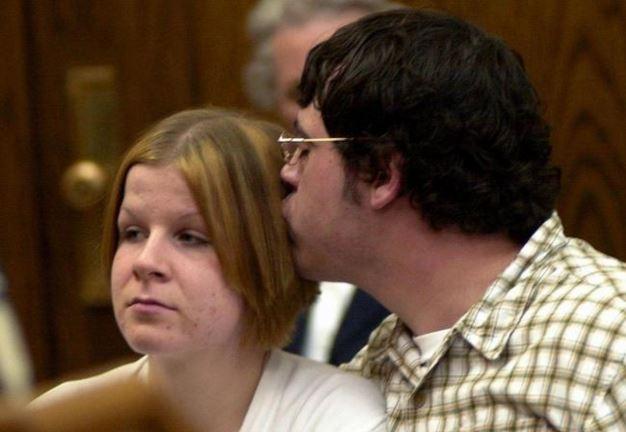 Matthew Stain, besa a su pareja, durante una audiencia judicial en el 2004. (Foto: Dailymail.com.uk).