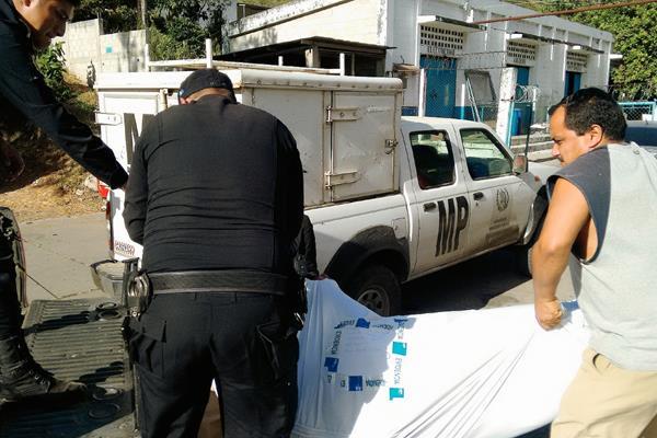 Agentes de  la PNC llevan cadáver de Floridalma Pineda a la morgue de Cuilapa, Santa Rosa. (Foto Prensa Libre: Oswaldo Cardona)