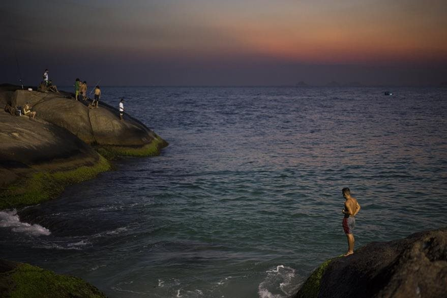 Habitantes de Río de Janeiro salen a refrescarse a la playa. Foto Prensa Libre (AP)