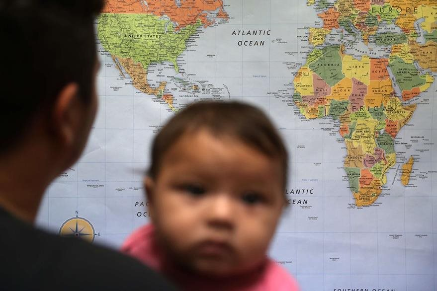 Un hondureño carga a su hija en un puesto fronterizo migratorio de EE. UU. (Foto Prensa Libre: AFP).