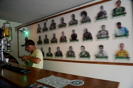 El bar es un espacio que rinde tributo al Chapecoense por el accidente aéreo del 28 de noviembre. (Foto Prensa Libre: AFP).