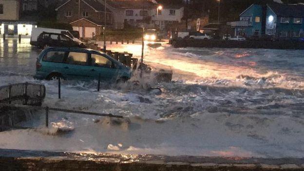 Las autoridades advirtieron de los peligros de desplazarse con los automóviles por zonas inundadas. RODDERS - BBC WEATHER WATCHER