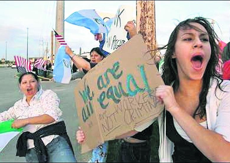 Activistas y familias protestan por redada en Postville, Iowa, el 13 de mayo de 2008. (Foto: Hemeroteca PL)