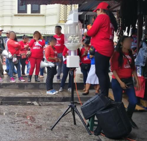 En la 18 calle de la zona 1, varios vendedores de lotería se reúnen para impulsar los sorteos. (Foto Prensa Libre: Redacción)