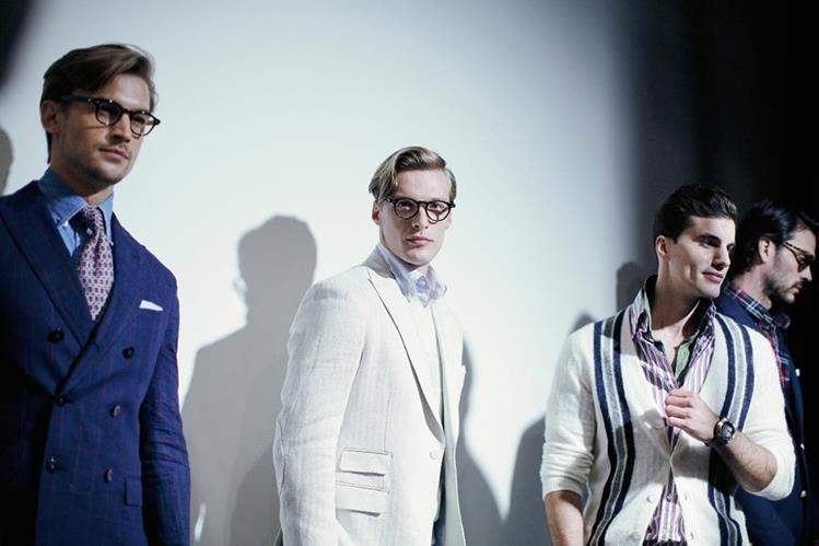 Modelos lucen prendas del diseñador Michael Bastian durante la Semana de la Moda Masculina en Nueva York. (Foto Prensa Libre Agencia AP).