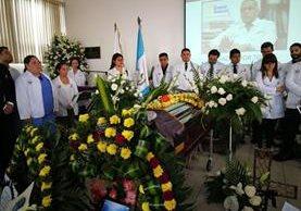 Honores al doctor asesinado Carlos Mejía en el Hospital Roosevelt. (Foto Prensa Libre: Érick Ávila)